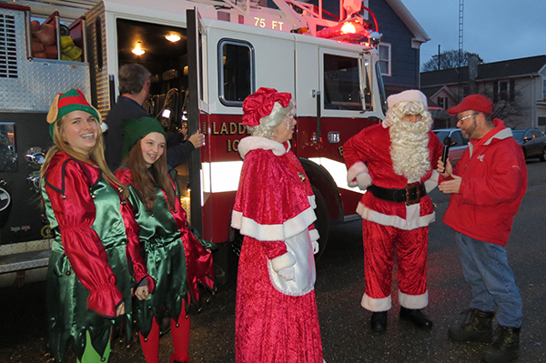 Bolivar Fire Dept brings Santa to town!